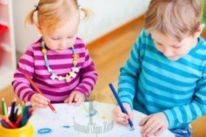 Дети сами выбирают чем им рисовать, самостоятельность