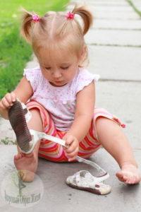 Самостоятельность малыша одеть сандали