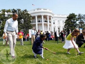 Обама и ребятишки катают пасхальные яйца по газону